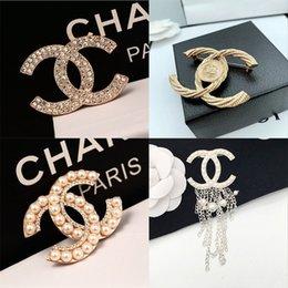 Vente en gros vente Hot femmes Designer Lettre Brooches célèbre diamant Broches Pin Tassel luxe Broche Ladys Mode Bijoux Vêtements Décoration