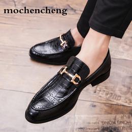 Venta al por mayor de 2019 hombres de negocios formales Brogue zapatos de los hombres de lujo de cocodrilo vestido zapatos casuales mocasines de cuero genuino del banquete de boda