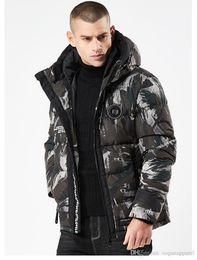 Venta al por mayor de Abrigos de diseñador de invierno para hombre Moda de camuflaje Chaquetas gruesas con capucha Con cremallera negra Chaquetas de algodón Moda