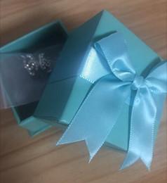 Опт Модные дизайнерские серьги для женщин ювелирные изделия с хрустальным бриллиантом письмо стиль серьги для свадьбы партии с синим бантом подарочная коробка