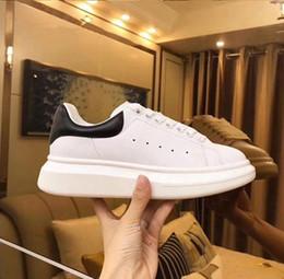 Venta al por mayor de Zapatos de diseño de alta calidad Zapatillas de cuero genuino Hombres de lujo Mujeres Moda Zapatos de plataforma de cuero blanco Zapatos casuales planos