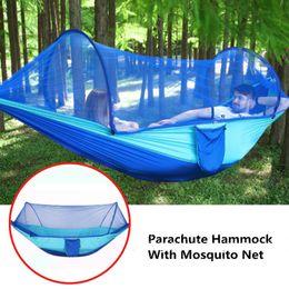 Parachute Hammock Einzel / Doppel Outdoor-Camping-Garten Hänge Schlafen Schaukelbett Baum Zelt Fallschirm Hängematte mit Moskitonetz im Angebot