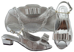 $enCountryForm.capitalKeyWord Australia - Most popular silver lady kitten shoes match handbag set with rhinestone and bowtie style african shoes and bag for dress MM1080