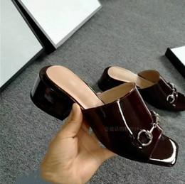 Square toe princetown vestido de moda sandalias tacones gruesos para mujer zapatillas hebillas negro vino rojo charol zapatos de fiesta de verano de verano en venta