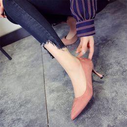 Zapatos de vestir de diseñador 2019 Mujer Tacones altos Bomba Clásicos Tacones finos Flock Oficina Slip-on Bomba de tacón puntiagudo de sólidos sólidos en venta