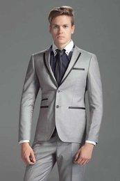 Novios Esmoquin Dos botones Gris claro Muesca Solapa Padrinos de boda El mejor traje de hombre Trajes de baile de boda para hombre (chaqueta + pantalones) en venta