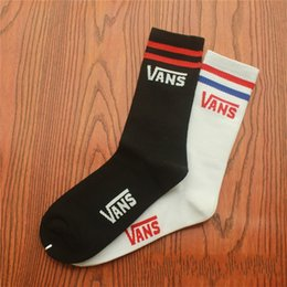 Wholesale race hose online – design Two Bar Stripes Socks Men Women Couple Stockings Skateboard Long Tube Hose Cotton Keep Warm Street Dance Black White yhg C1