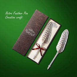 Vente en gros Stylo à plumes Vintage créatif Vintage gravé stylo à plumes en métal Signature cadeau européen Memorial Set