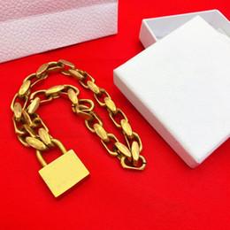 b7f2248f7bc6 Nueva Europa y América Hotsale collar de las mujeres chapado en oro collar  pendiente de la cerradura para las mujeres de las mujeres para el banquete  de ...