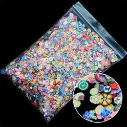 1000pcs / pack Nail Art Decoração Fruit Flowers Pena DIY Projeto Fimo Cane Slices Acrílico Beleza Polymer Clay etiqueta do prego Ferramenta em Promoção