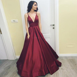 vermelho profundo v strapped backless dress venda por atacado-Elegant Burgundy Red Satin Prom Dresses profunda V Neck Spaghetti Ruched Pavimento Length Backless Vestidos Vestidos Formais Simples