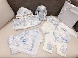 Venta al por mayor de 2020 Nueva otoño del resorte infantil boygirl juego de ropa de bebé recién nacido Mono + sombrero + babero y manta de bebé albornoz de juguete conejo de juegos de regalo del bebé recién nacido