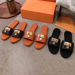 Wholesale Summer fashion woman beach slippers Leather Cartoon Big Head Slippers Flat shoes Hotel Letters woman Shoes Metal Lock head slippers 35-42