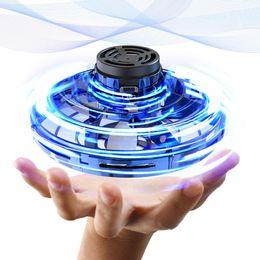Vente en gros 360 Rotating Mini UFO-Tricked Out volant Boomerang Spinner détente Jouets Drones Flynova USB de charge et lumières LED