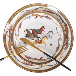 Plaques de luxe Guerre de luxe Horse Bone Chine Vaisselle Ensemble Royal Fête Porcelaine Western Platche Disque Accueil Décoration De Mariage Cadeaux en Solde