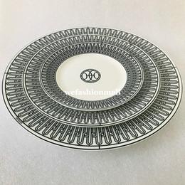 Vente en gros Vaisselle de la céramique haut de gamme Plaques de ligne noire Set Set Bone Chine Vaisselle Porcelaine Porcelaine de 6 pouces 8 pouces Coupe de plaque plate et soucoupe Fashion Home