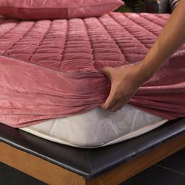 Großhandel Plüsch verdicken gesteppte Matratze-Abdeckung warme weiche Kristall Velvet König Königin gesteppte Bettbettlaken nicht eingeschlossen Pillowcase Matratzenauflage