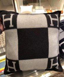 Wholesale 2020 Smelov fashion vintage fleece pillowcase letter H brand european pillow cover covers wool throw luxury pillowcases 45x45 65x65cm