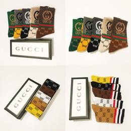 Venta al por mayor de Moda Otoño hombres de los deportes que almacena una caja de cinco pares diseñador de los hombres calcetines para hombre del diseñador algodón calcetines 1GGg Calcetines 1G # 812