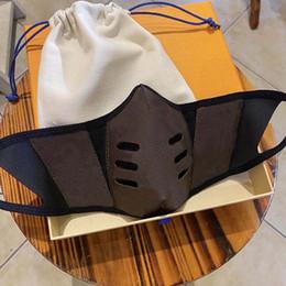 2021 Máscaras de festa de designer de moda homens mulheres poeira reutilizável máscara de couro lavável pano de algodão plana máscara com caixa e pó em Promoção