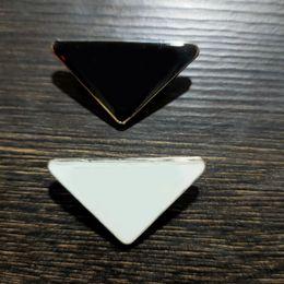 Metall triangel brev brosch kvinnor flicka triangel brosch kostym lapel pin vit svart mode smycken tillbehör