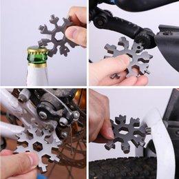 Ingrosso 18 in 1 Snowflake Keyring Wrench Multifunzione EDC Strumento portatile Portable Acciaio inox Portachiavi Apribottiglie Cacciavite YYA540