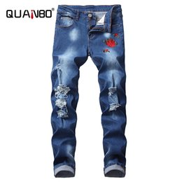 Quanbo 8 couleurs Hommes Jeans 2020 New Ripped Broderie Mode Rose Hommes Jeans Bleu clair Slim Stretch Fit Denim Crayon Pantalons 42 LJ201027