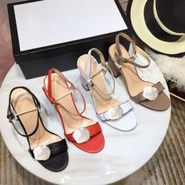 Vente en gros Classique sandales à talons talon grossier en cuir de luxe Designer chaussures en daim femme boucle en métal pour les parties occupation sexy sandales taille34-42