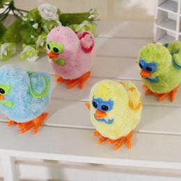 Опт Детские развивающие игрушки цыпленок цыпленок ветер игрушки пластиковая цепь будет работать на часовой рантерме Случайный цвет 1 шт.