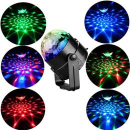 Strobe LED DJ Ball Ball Home KTV XMAS Wedding Show LED RVB Crystal Magic Ball Effect Effet Lights Sound Activé Projecteur laser Dropitship en Solde