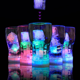 Venta al por mayor de Luces LED Polychrome Flash Party Lights LED que brillan intensamente cubos de hielo parpadeando Decoración intermitente Light Up Bar Club Boda Nuevo