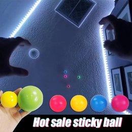 Venta al por mayor de Chirstmas Niño juguete de estrés de estrés Bola pegajosa Bolas de techo Stick to the Wall y Ocribirse Lentamente Squishy Glow Toys regalos