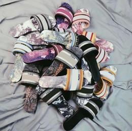 2021 дизайнерские кожаные женские сандалии джинсовые дамы лето плоские тапочки открытый пляж леди тапочки радуга тапочки на Распродаже