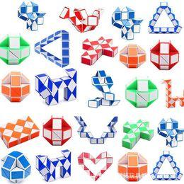 Brinquedos Mini Magic Cubo Snake Forma Toy Game 3D Cubos Cubos Puzzle Twist Quebra-cabeças Presente Aleatório Inteligências Supertop Presentes em Promoção