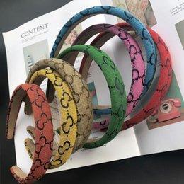 7彩色キャンディーカラーファッションデザイナーブランドレタープリントヘッドバンドワイドエッジ結び目ヘッドバンド高級ターバンヘアフープヘッドウェアアクセサリー