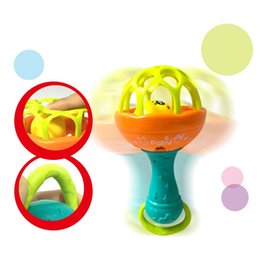 Bebê chocalhos celulares brinquedo plástico macio bola de borracha desenhos animados padrão handbell bebês brinquedo educativo 2 4FH l2 em Promoção