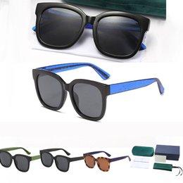 Großhandel Damen Herren Sommer Sonnenbrille 2021 Modefarbe Matching mit Metallbuchstaben Sonnenbrillen 1 Set Paket 4 Farben Optional