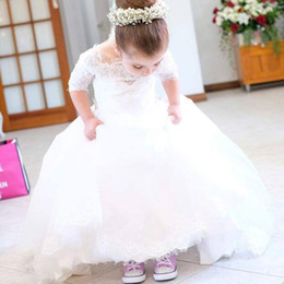 Barato Pequenos Vestidos De Noiva-Vintage Princess Flower Girl Dress Sheer Neck mangas curtas Appliques de renda Tulle Flowergirl Dresses com trem de varredura Little Bride Dresses
