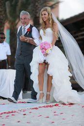 2019 New Arrival Branco Marfim Organza Alta Baixa Vestidos de Casamento Querida Ruffled Vestidos de Noiva Sem Mangas Tribunal Trem Personalizado Hot Sales W2101 em Promoção