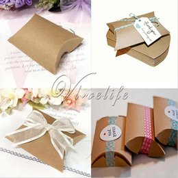 Barato Bolsas De Papel Favor A Atacado-Atacado- 12pcs / lot Cute Kraft Paper Pillow Favor Gift Box Wedding Party Favor Gift Gift Candy Boxes Paper Gift Box Bags Supply
