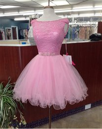 Barato Vestido Com Contas De Rosa-2018 Elegant Pink Short Cheap Homecoming Prom Vestidos com Bateau Sheer Neck Cap Manga Lace Tulle A linha Crystal Bling Beaded Party Gowns