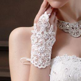 2021 Nova Chegada Barato em stock Laço Appliques Grânulos Comprimento de Pulso Sem Finger com fita Bridal Luvas de casamento Acessórios em Promoção