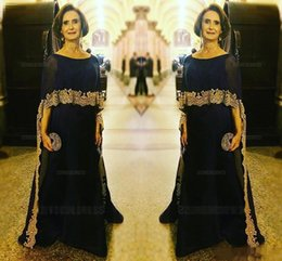 Barato Laço Para Vestidos De Noivas-2017 Elegante Dark Navy Mother Of The Bride Dresses With Wraps Gold Lace Applique Andar Comprimento Plus Size Vestidos de Noiva da Mãe