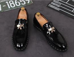 Vente en gros Nouvelle mode de luxe hommes brillent métal gland chaussures homme formelle chaussures pour le retour des noces d'affaires cadeau de Noël