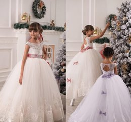 Barato Arcos Inchados Para Vestidos-Flower Girl Dresses para Casamento Lace Appliques Beads Puffy Girls Vestido de baile Back Hollow Lace Up Bow Sash Girls Princess Birthday Dresses