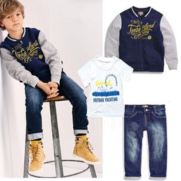 Shirt T Pantalon 3pcs Pas Cher-Spring Autumn Boys 3pcs Set British Style Kids Coton Lettre T-shirt Coat Denim Pants Vêtements Costumes Outlet Ensembles enfants 10964