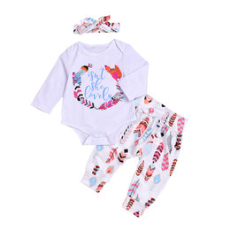Barato Coloridos Infantil Headband Arcos-Colorful Feather Letters Printed Baby Clothes Sets Hot Fashion New Infant Outfits Rompers + Bow Headband + Pants 3pcs Set Ternos A8017