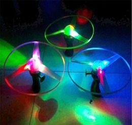 Incredibile Flash giocattoli volanti dell'elicottero della freccia novità gioca il giocattolo giocattoli volanti LED a tre emettitori di luce Pull bambini giocattoli dei regali di Natale in Offerta
