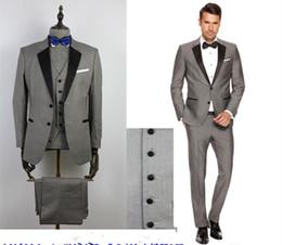 Vente en gros Costumes pour hommes gris personnalisé noir revers Slim Fit costumes de mariage pour le marié / garçons d'honneur Prom Costumes décontractés (veste + pantalon + gilet + noeud papillon)