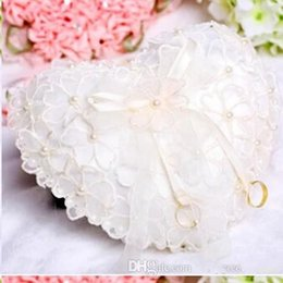 Barato Rendas De Renda Barata-Cheap White Lace Pearls Anéis de noiva Almofadas Organza Lace Bearer com cristais de flores Ribbon Heart Shaped Ring Pillows Wedding Accessories